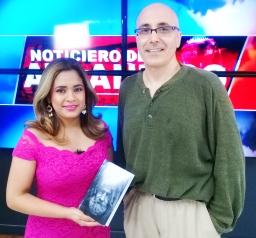 Foto en estudio televisivo 45TV. Con Ninoska Morales. Lanzamiento novela FUEGO. Escritor Patricio Milad